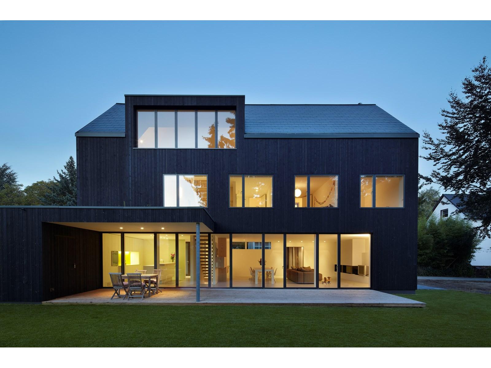 haus mit galerie modern inneneinrichtung und m bel. Black Bedroom Furniture Sets. Home Design Ideas